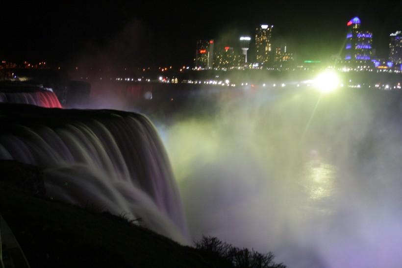 Ночной водопад со стороны США