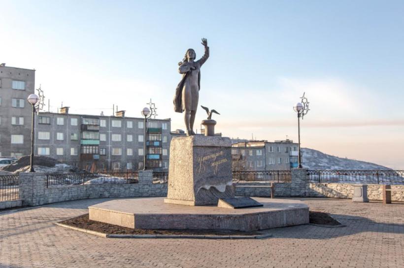 Памятник Ждущей в Мурманске