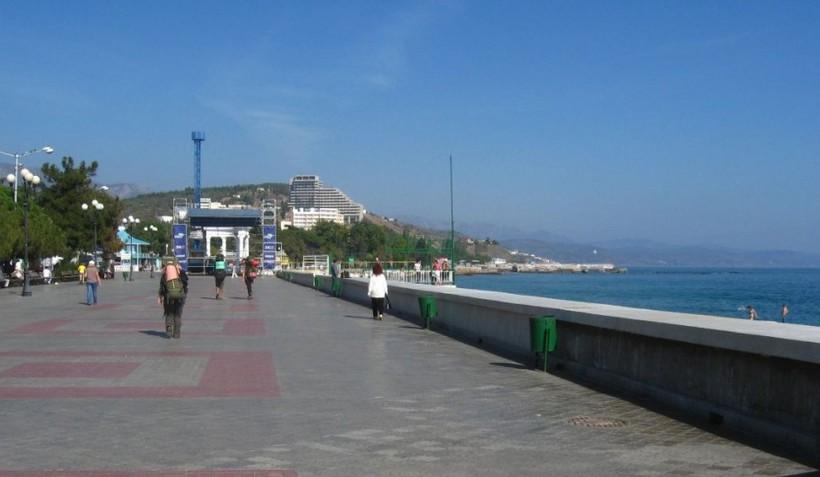 Крым: набережная в Алуште
