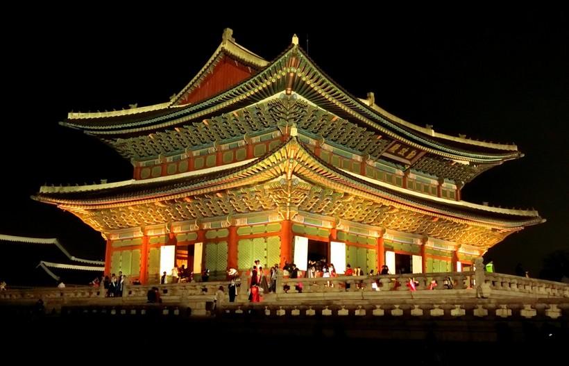 Дворец Кёнбокгун поздним вечером