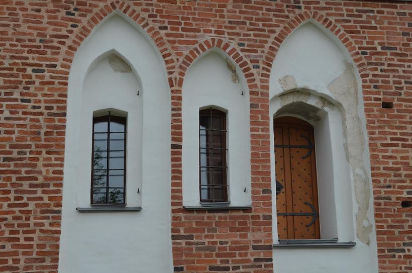 Стрельчатые окна напоминает архитектуру Западной Европы
