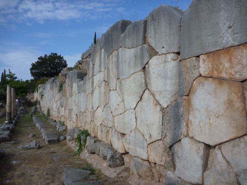 Дельфы, постройка времен Древней Греции. Полигональная кладка в исполнении древних греков сильно отличается по качеству от построек в Андах, а между стыками уже давно растет трава.