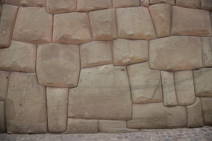 Форма блоков, сохранность этих стен и качество стыков просто поражает