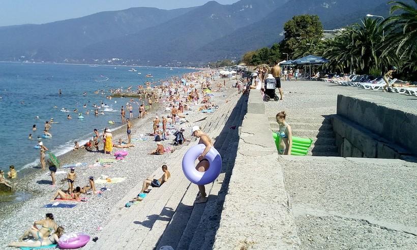 Пляж в Гагре в августе