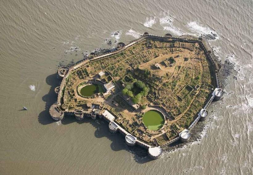 Неприступный форт Джанджира в Индии