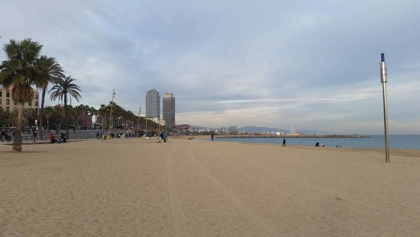 Пляж Барселонетта в декабре