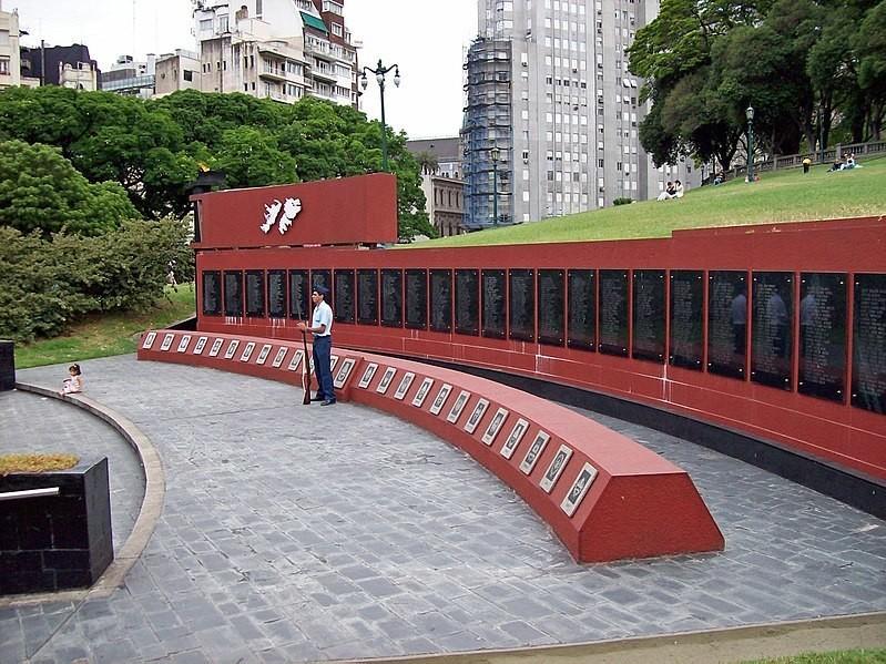 Памятник аргентинским солдатам, погибшим в Фолклендской войне