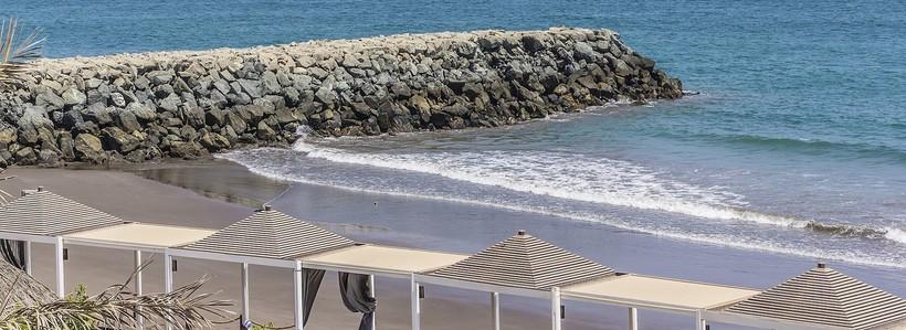 Фуджейра: пляжная зона в конце зимы пустует