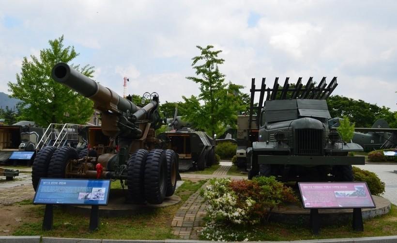 Военный мемориал Сеула. Техника Юга и Севера рядом.