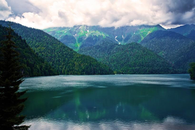 Знаменитое на весь мир озеро Рица
