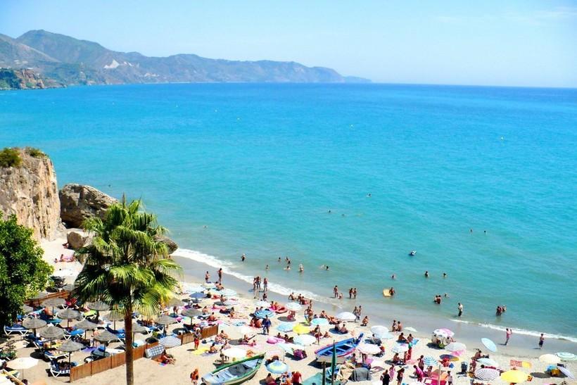 Пляжи заполнены туристами, но мест хватает всем