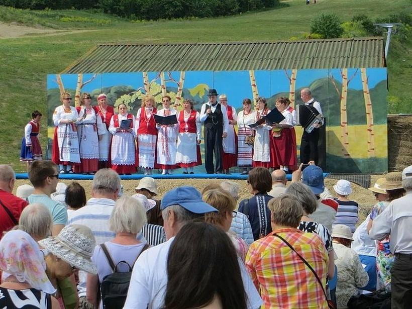 Выступление национального ВИА на празднике Юханнус.