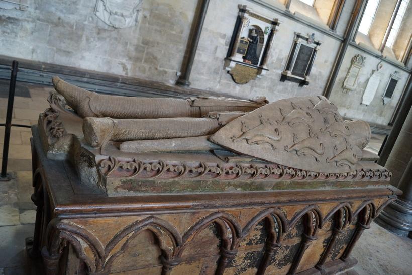 Надгробье рыцаря в Солсберийском соборе