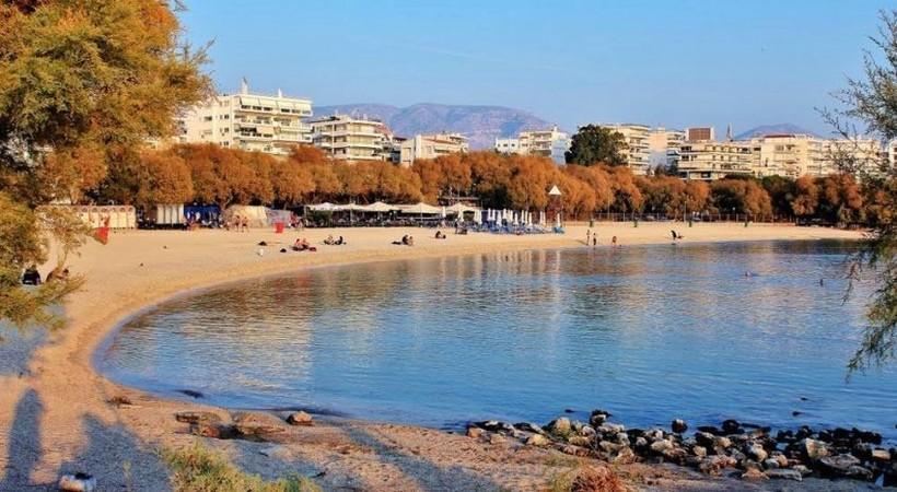 Полупустые пляжи Афин в октябре.