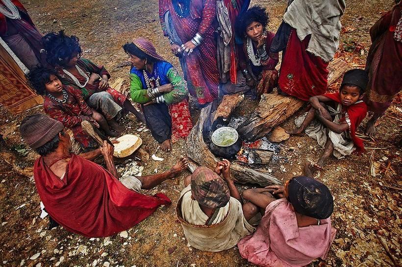 Последние кочевники: рауте — первобытное племя, живущее в горах Непала