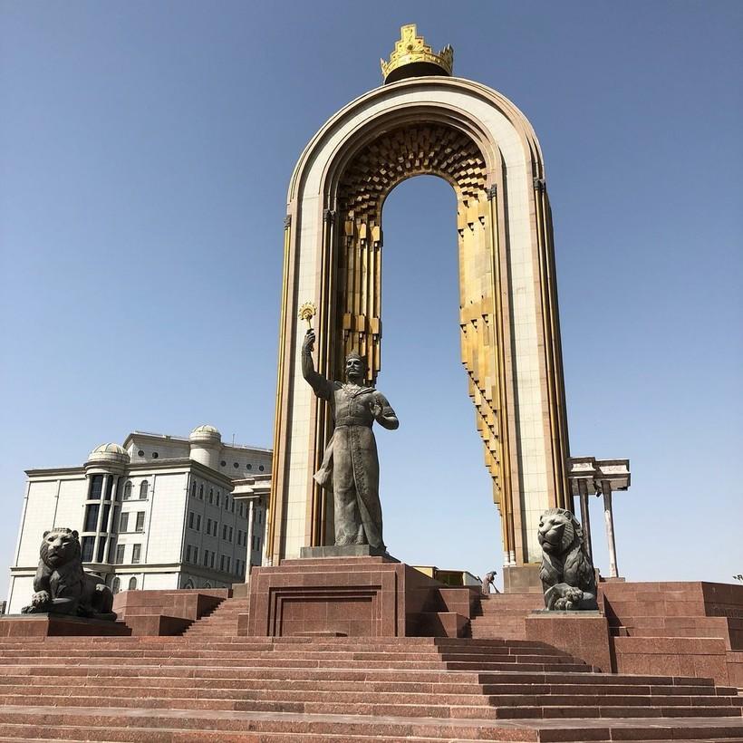 Памятник Исмоилу Сомони в Душанбе