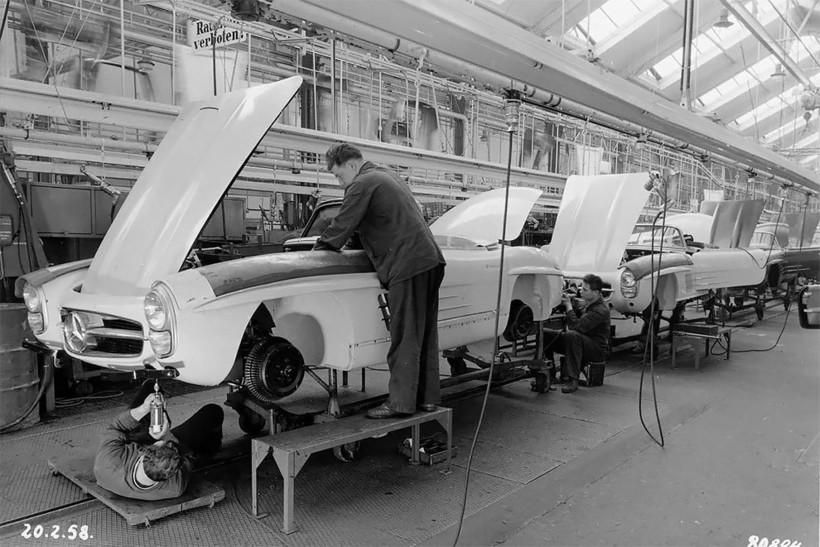 Потрясающие фото, демонстрирующие линию сборки Mercedes-Benz 190 SL в 1958 году