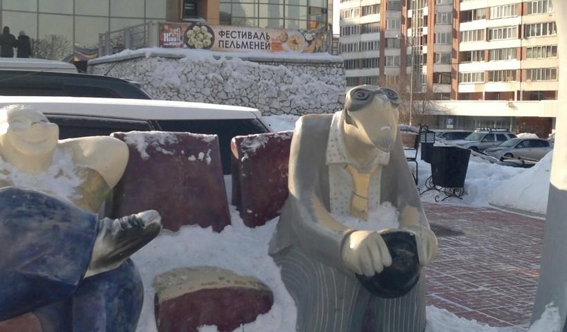 Памятник киноманам возле к/т «Звездный». Декабрьский Иркутск.
