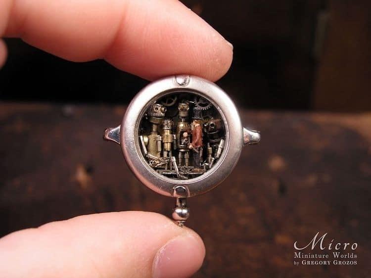 Художник превращает старинные карманные часы в параллельные вселенные