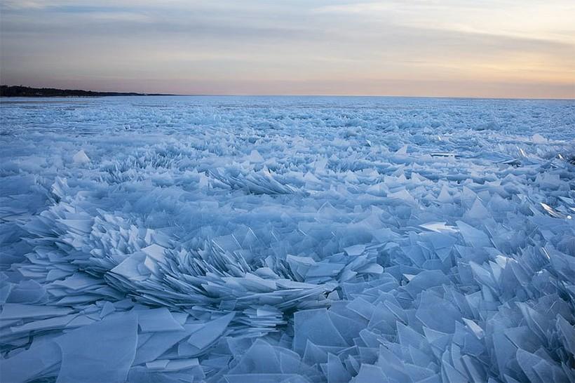 Замерзшее озеро Мичиган разбилось на миллионы осколков, и это выглядит фантастически