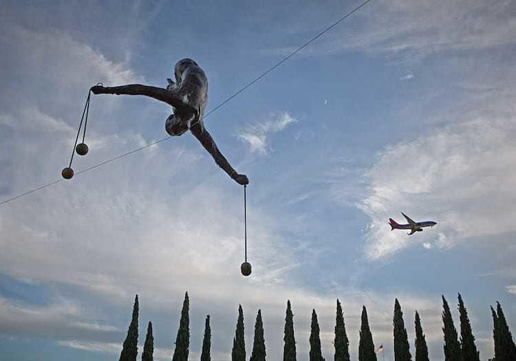 Художник размещает антигравитационные скульптуры в общественных местах по всему миру