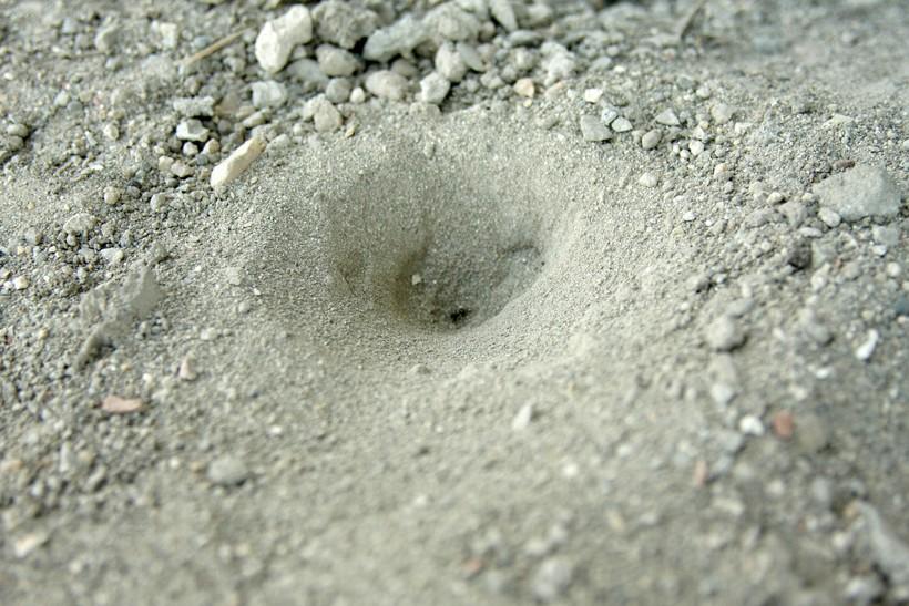После завершения строительства в воронке остаются только самые мелкие песчинки