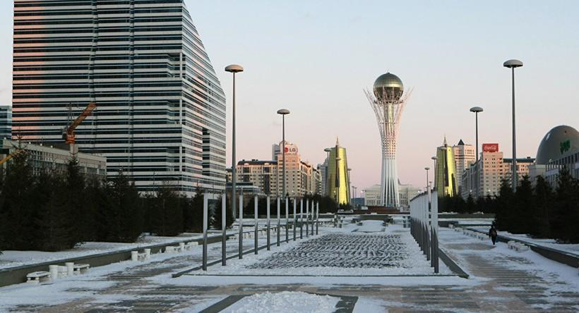 Центральная аллея городского парка в ноябре, Астана.