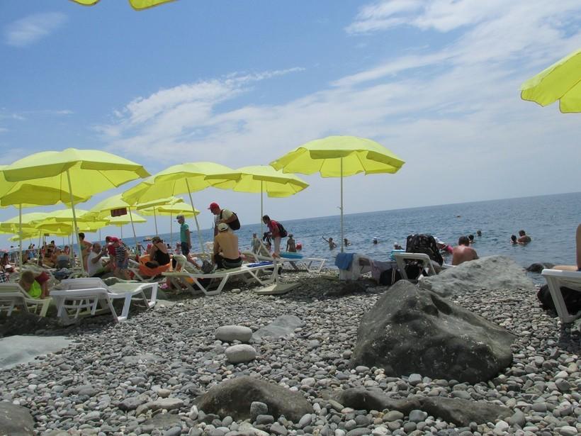 На пляже Сочи в июле