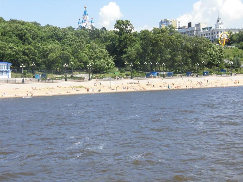 Вид на Центральный пляж Хабаровска с реки, июль 2018