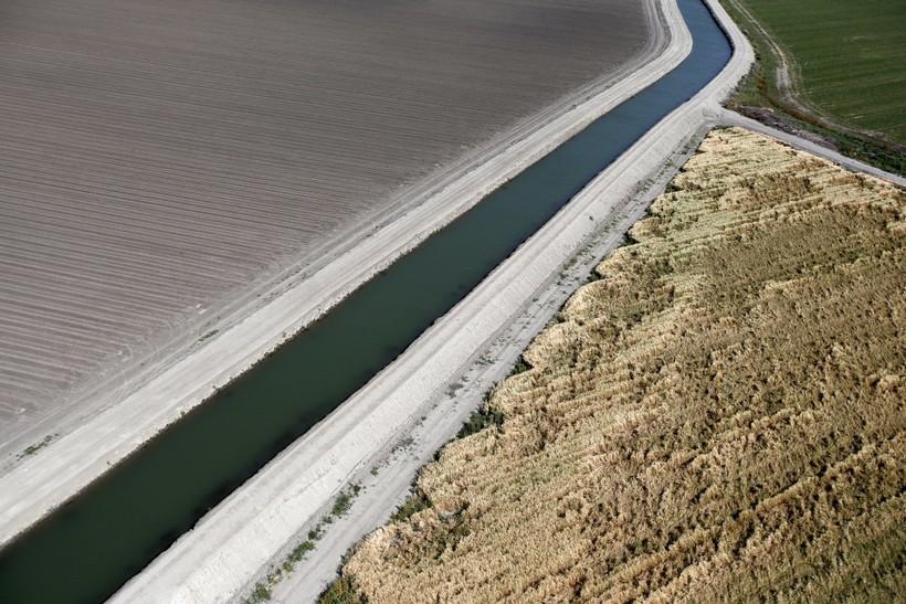 В Калифорнии несколько каналов, поставляющих воду с севера на юг