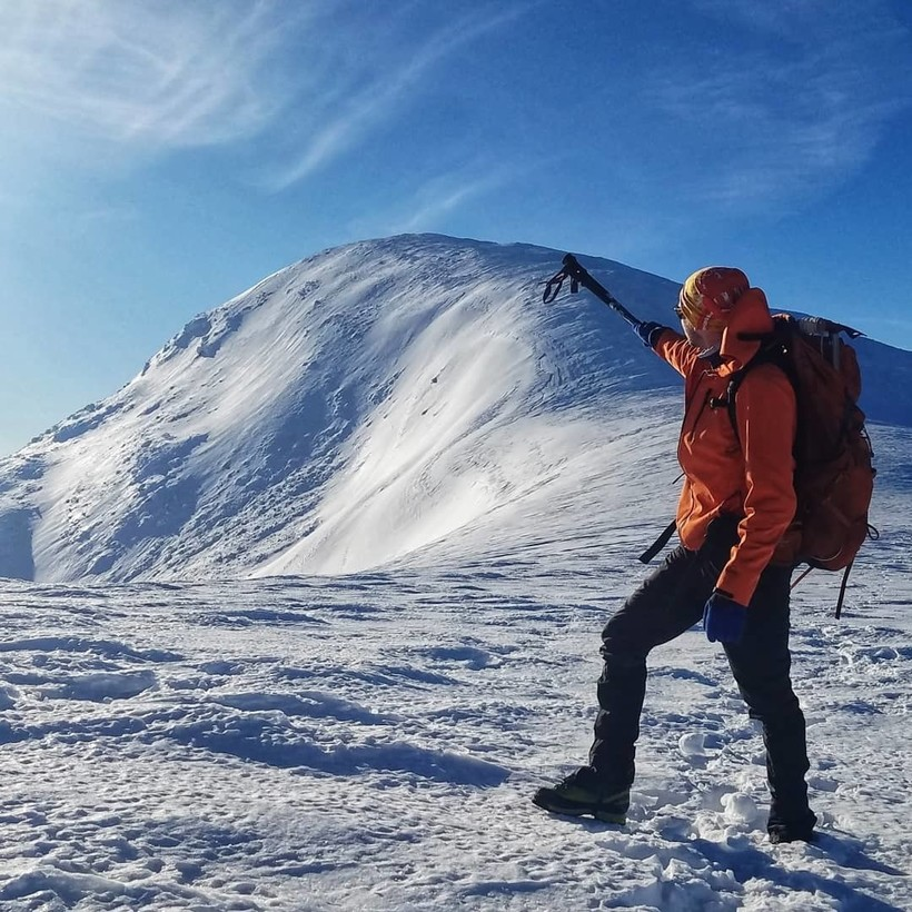 Альпинист на вершине