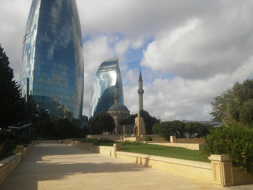 Баку в мае — Flame Towers, мечеть