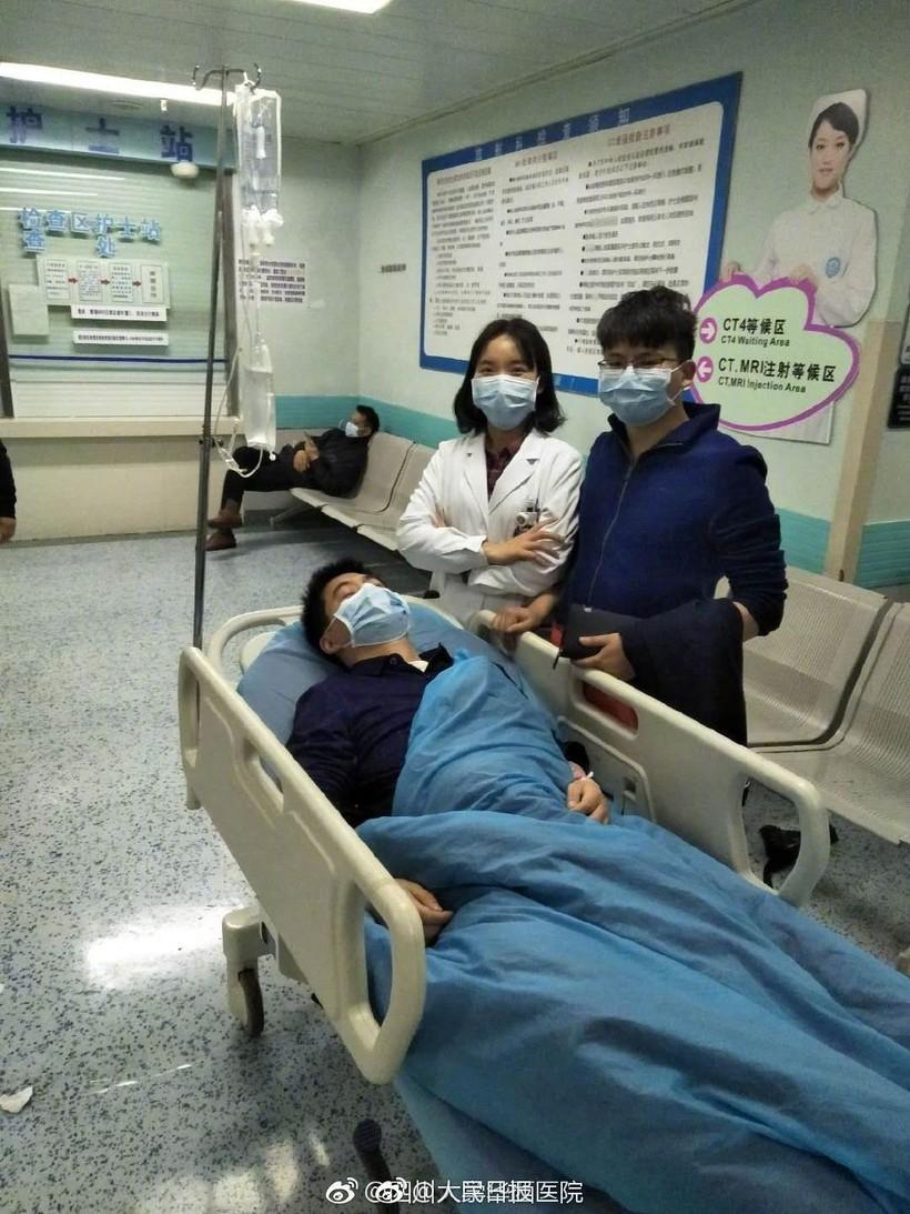 Китаец помог бедной девочке с учебой, а через 11 лет она спасла ему жизнь