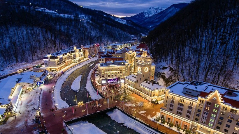 Зимний вечер на горнолыжном курорте в Красной Поляне