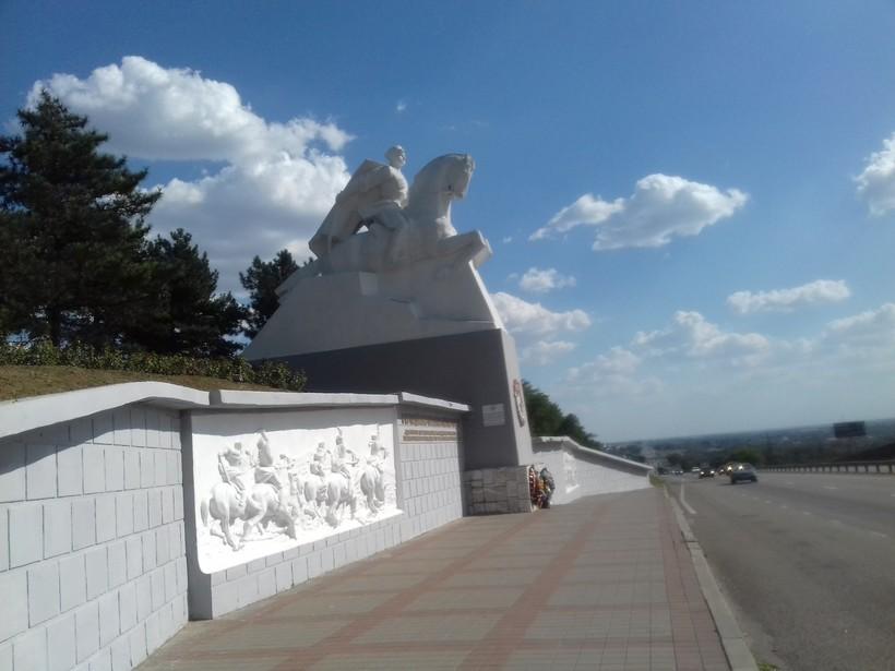 Памятник кубанским казакам в Краснодарском крае неподалеку от станицы Кущевская