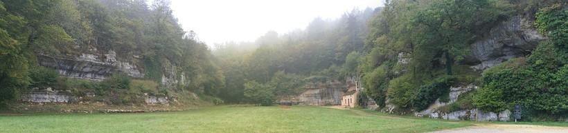 Долина Комбарель, где находится одна из пещер, в которой жили кроманьонцы примерно 11-13 тысяч лет назад