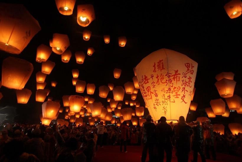 Светящиеся фонари во время Обона в Японии