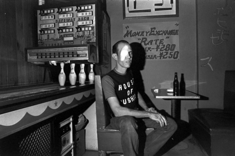Американский моряк в баре, 1976