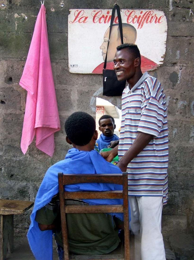 Картины вместо вывесок: 12 фото о том, как выглядят витрины в магазинах Конго