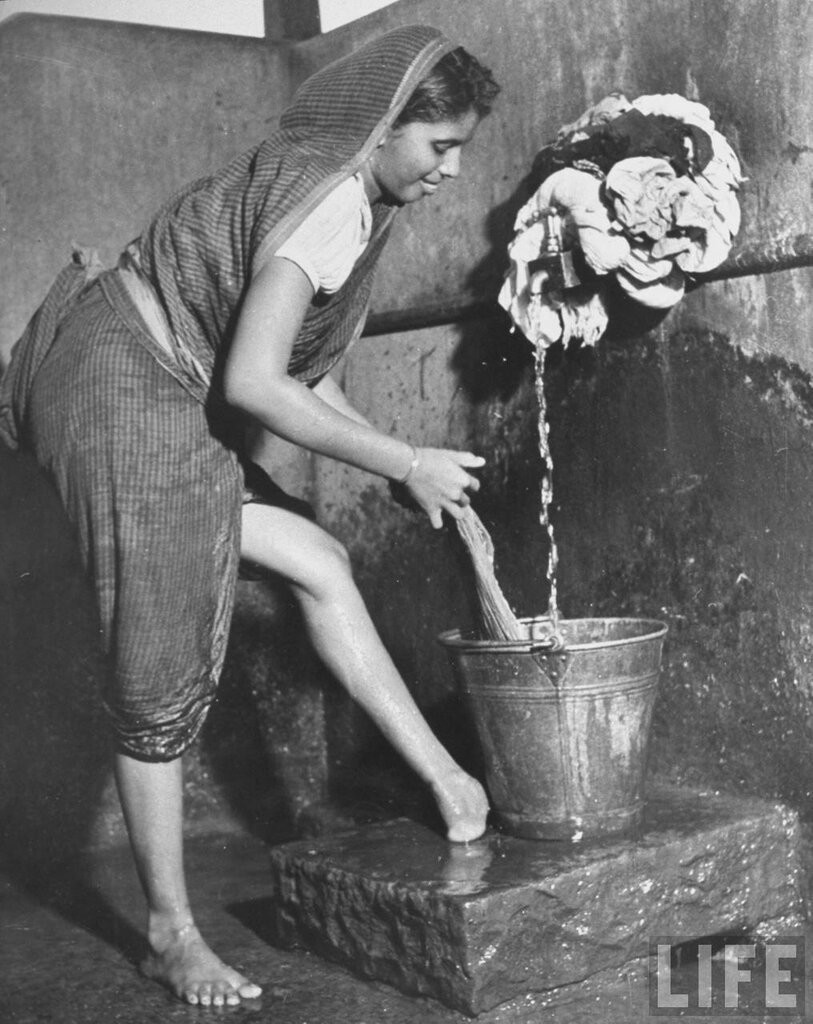 Молодая индианка стирает одежду. 1946 год