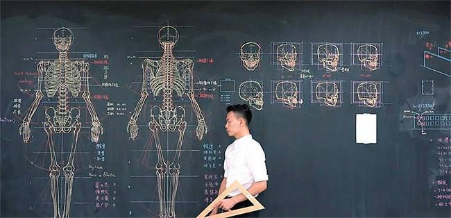 Тайваньский учитель анатомии потрясающе рисует на доске иллюстрации к лекциям