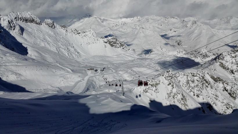 Красиво и печально: почему ледник в Альпах стал розовым, и что с ним будет дальше