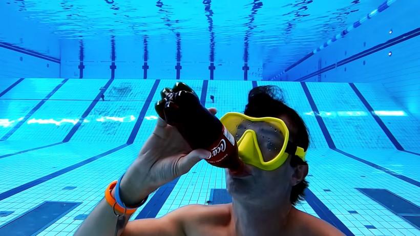 Видео: Можно ли пить кока-колу под водой