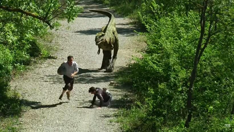 Видео: Динозавр сорвал мужчине утреннюю пробежку
