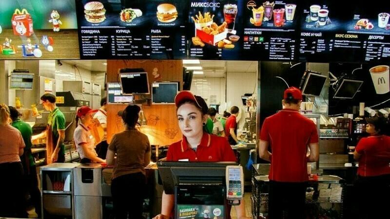 Из-за того что «Макдоналдс» является семейным заведением, топ-моделей они на кассы не принимают, почти никогда