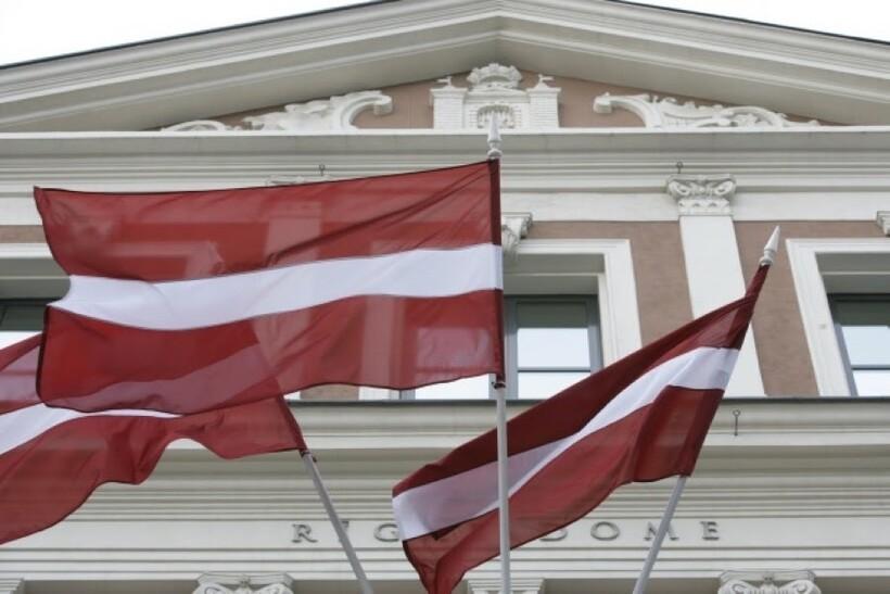 Латвийские флаги на правительственном здании