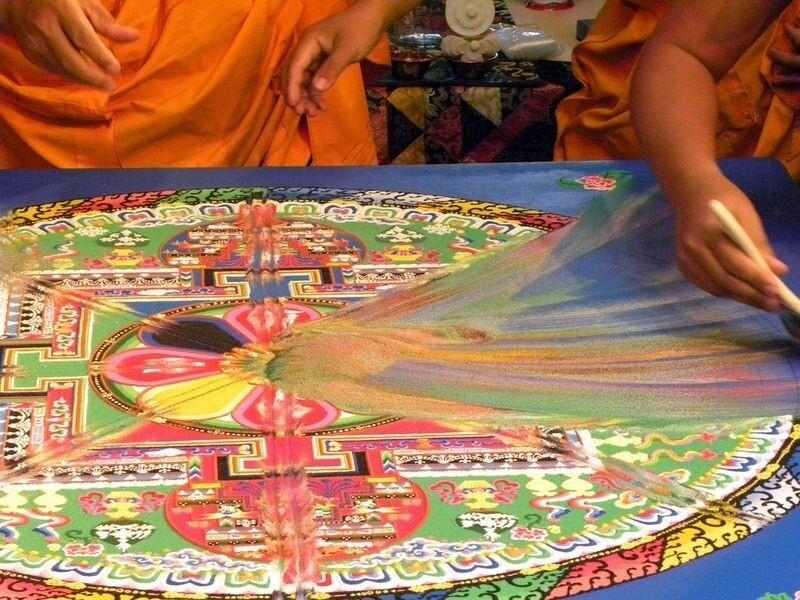 Как создаются песочные мандалы, и почему тибетские монахи почти сразу их сметают
