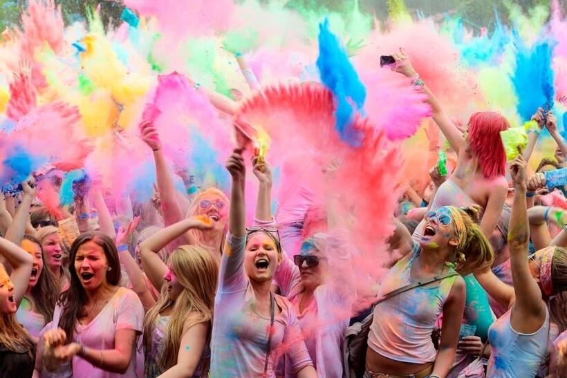 Люди обсыпают друг друга краской
