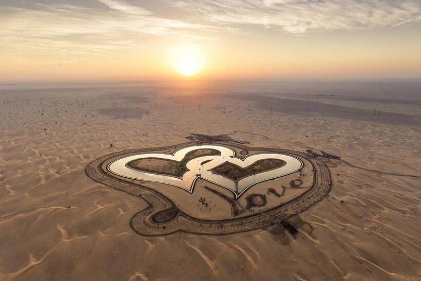 Два сердца посреди бескрайних песков пустыни: озеро Любви в Эмиратах