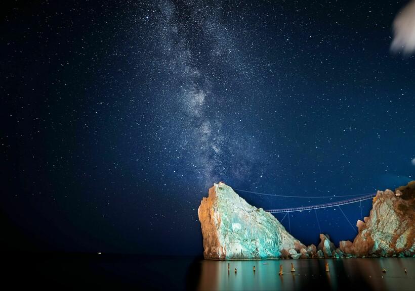Млечный путь над скалой Дива